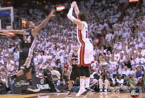 שחקן NBA קולע שלשה ללא נעל – מה אפשר ללמוד ממנו?